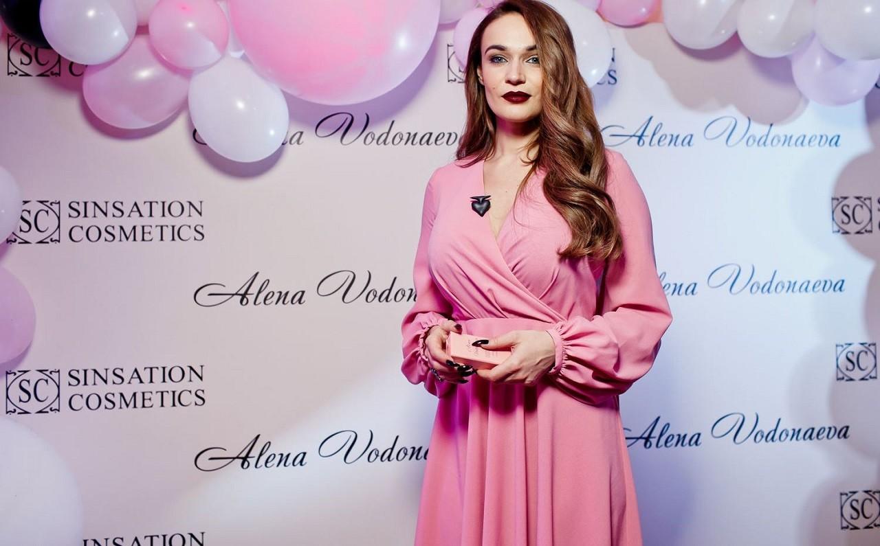 Алена Водонаева вышла в свет в черном платье с ярким боа