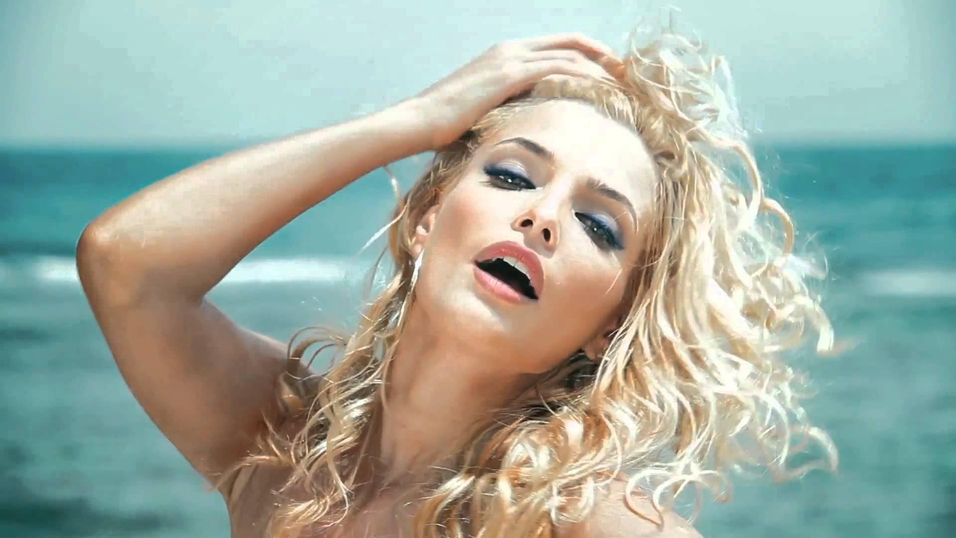 Татьяна Котова в алом бикини украсила обложку журнала