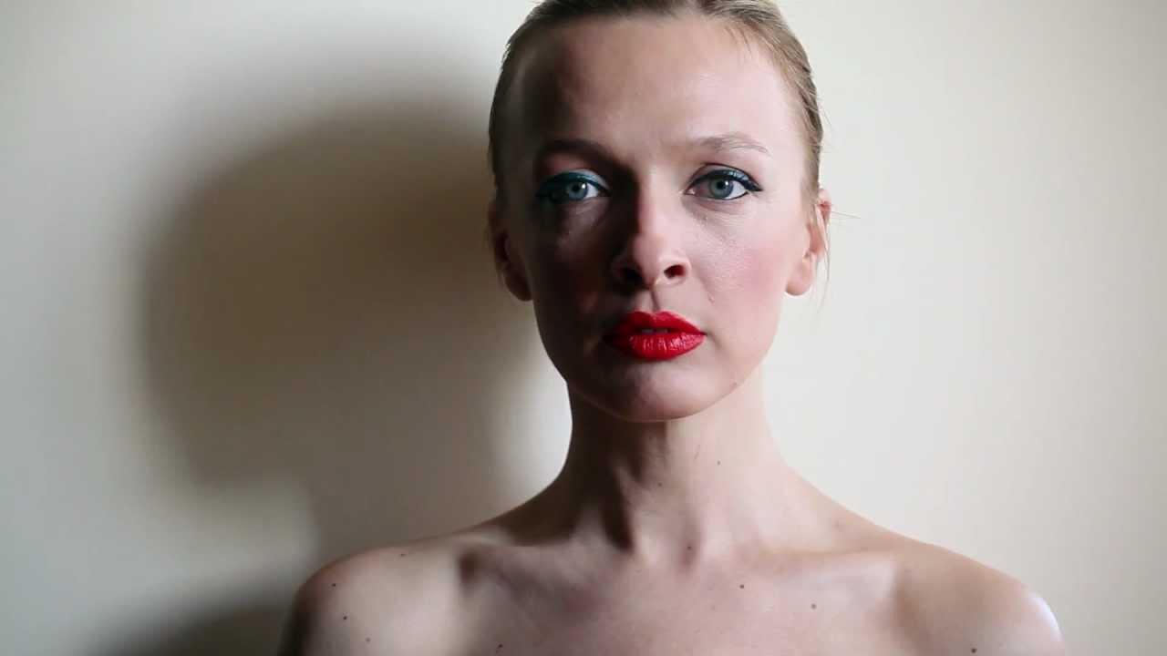 Василиса Фролова похвасталась фигурой в белом купальнике
