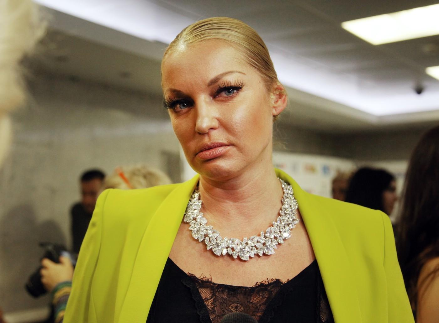 Анастасия Волочкова примерила ультракороткую мини-юбку