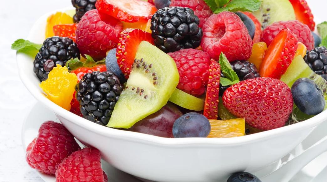 Прошу к столу: рецепты лучших фруктовых салатов для лета
