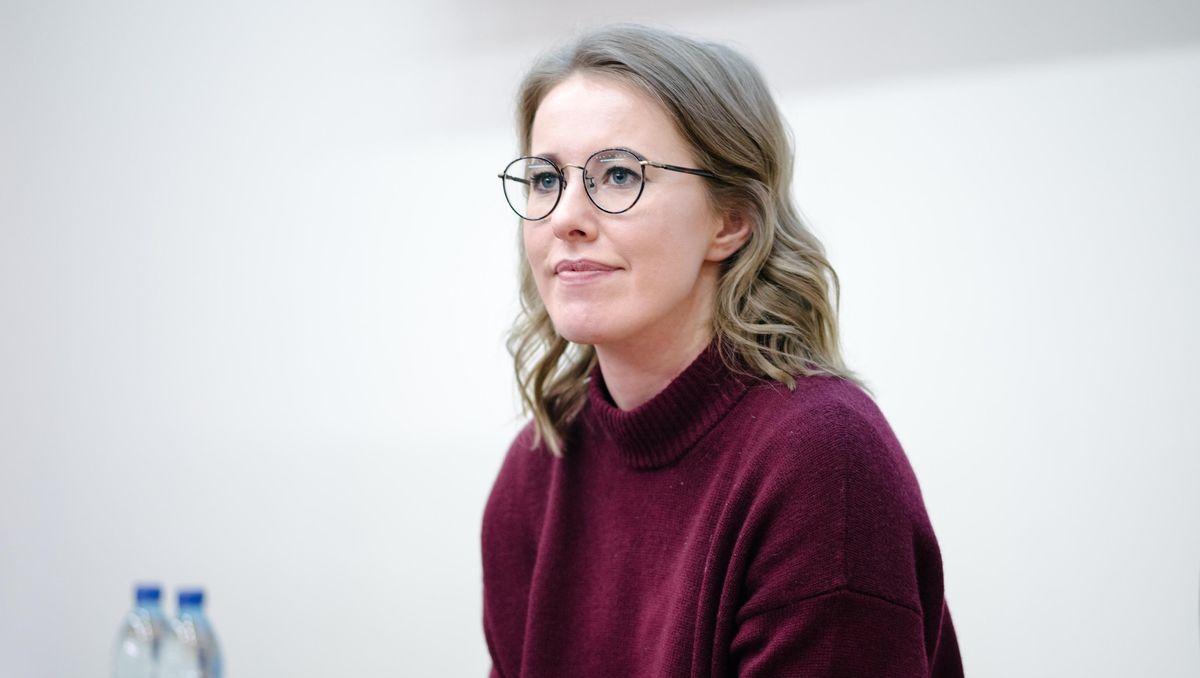 Ксения Собчак вышла в свет в стильном образе