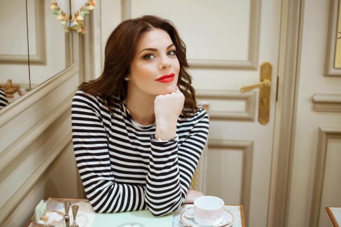 Анастасия Стоцкая поделилась селфи-снимком в черном купальнике
