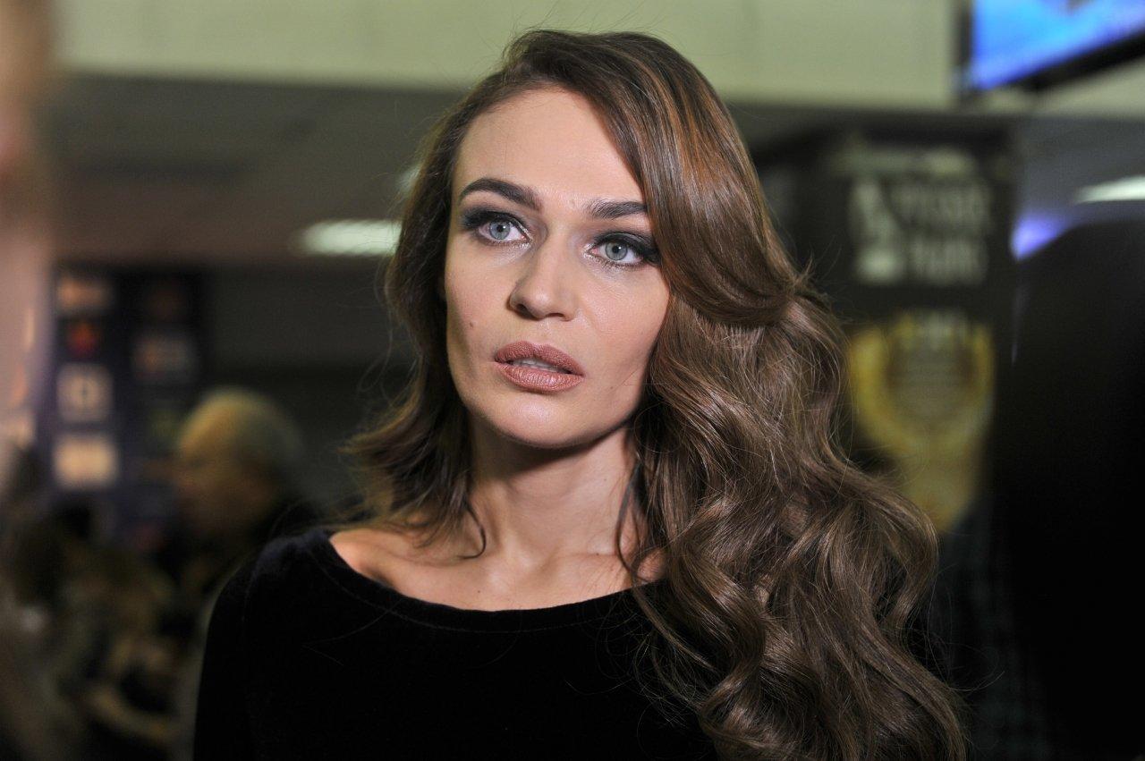 Алена Водонаева позировала в красном комбинезоне-ромпере