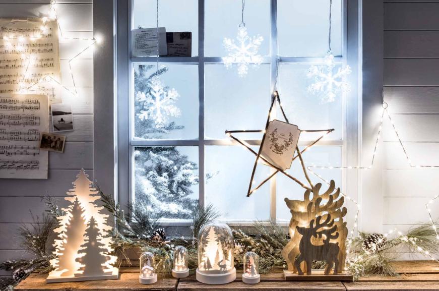 Как красиво украсить окно к Новому году?
