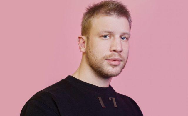 Иван Дорн снялся в видео, где лежит в ванной с йогуртом обнажённый