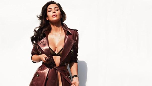 Ким Кардашьян надела прозрачную накидку на голое тело