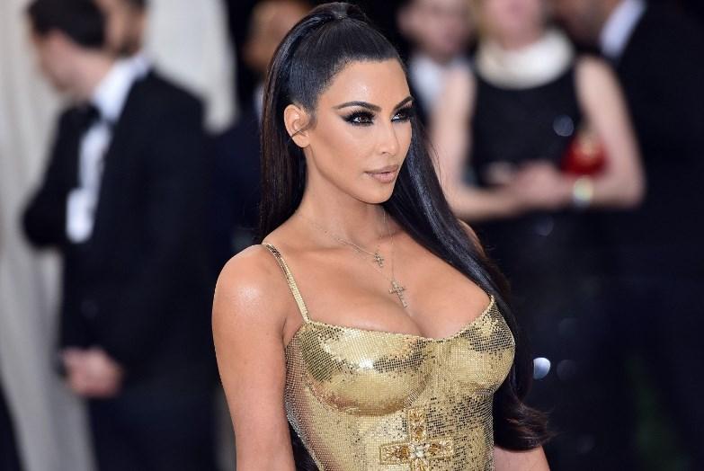 Лицо Ким Кардашьян сняли крупным планом, показав проблемную кожу телезвезды