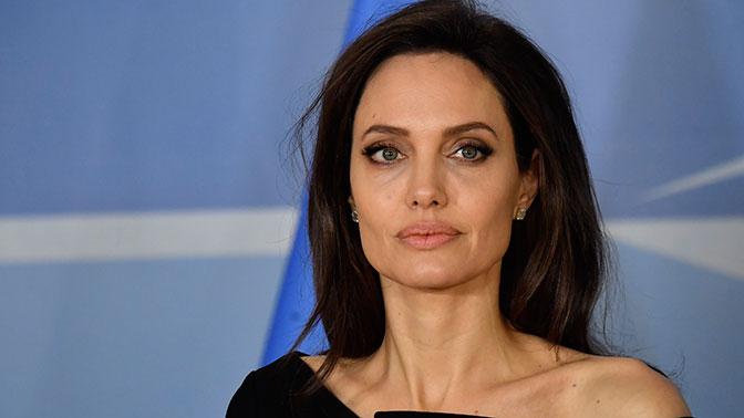 Анджелина Джоли учит старшего сына обходительно относиться к девушкам