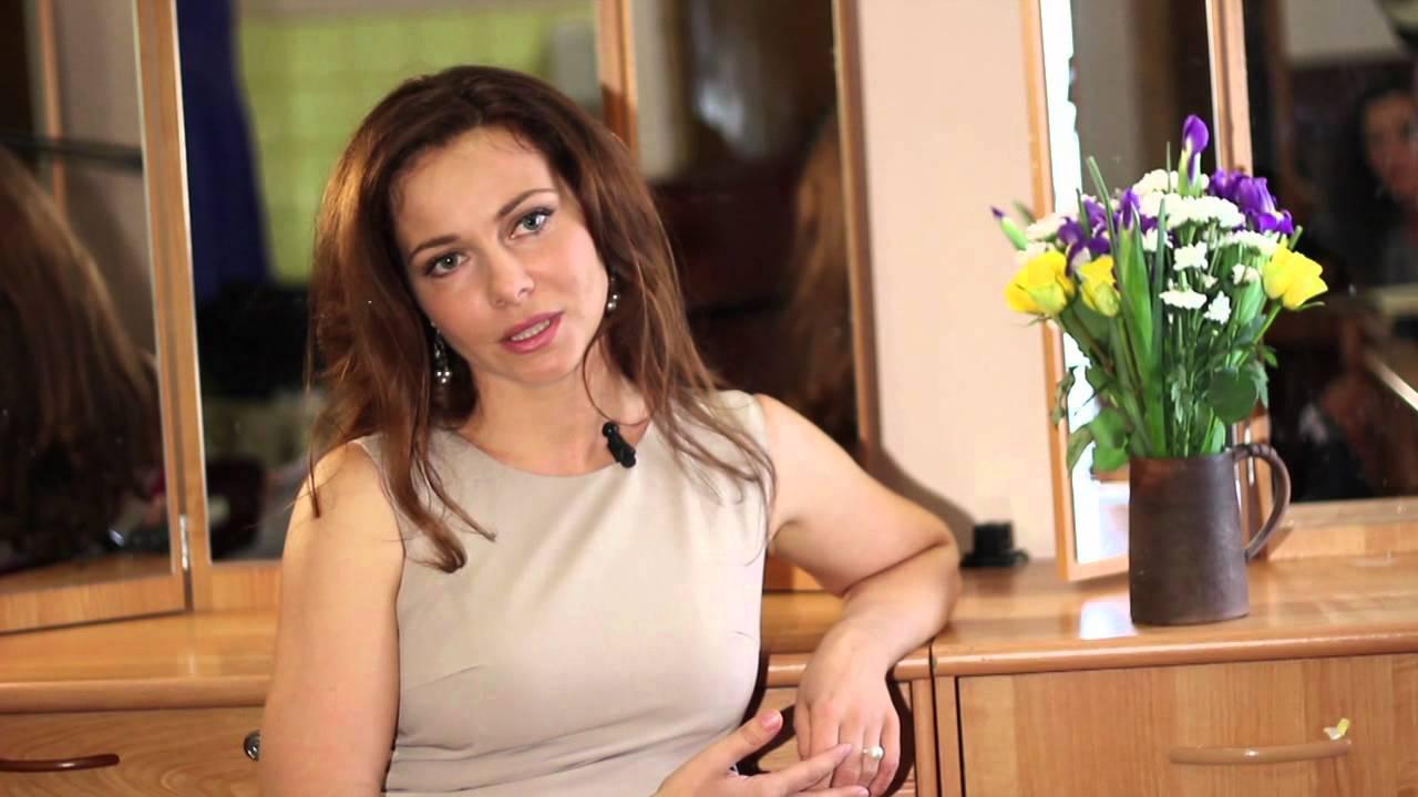 Екатерина Гусева вышла в свет в платье с перьями