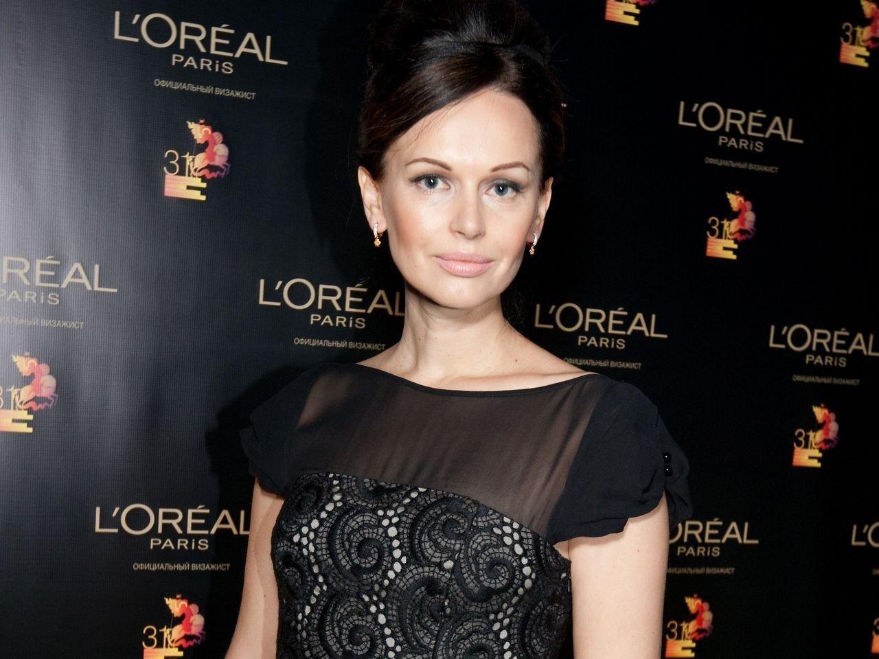Ирина Безрукова появилась на красной дорожке в полупрозрачном платье