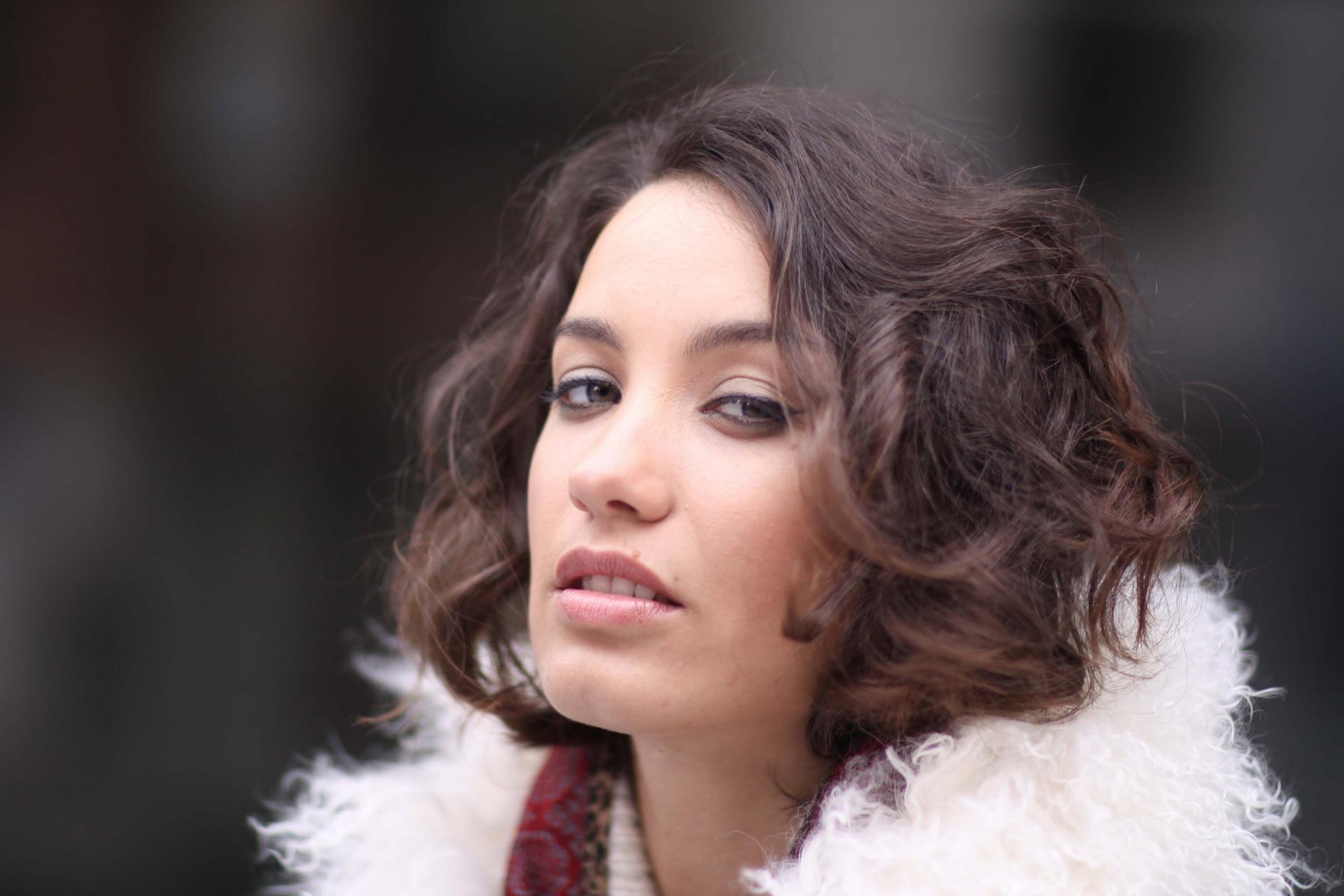 Виктория Дайнеко в стильном костюме посетила модный показ