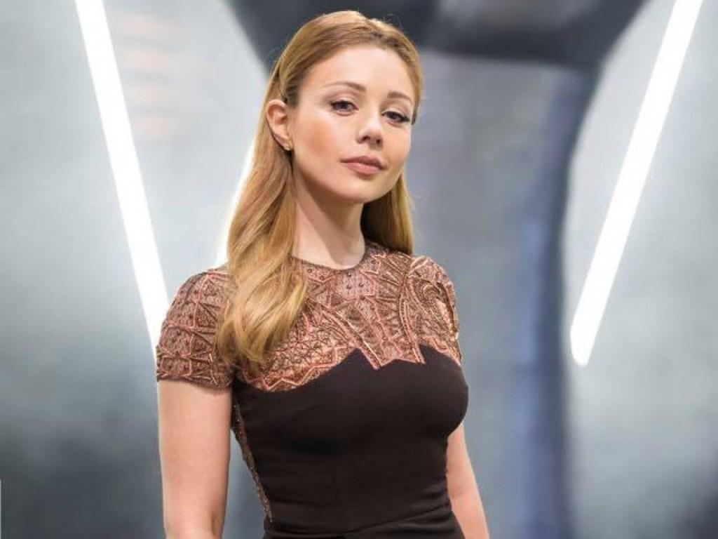 Тина Кароль позировала в платье-сетке