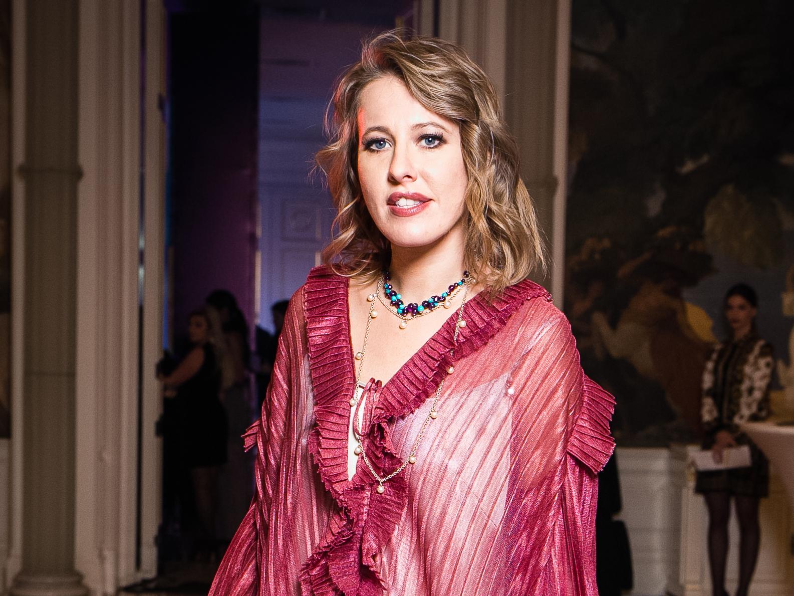 Ксения Собчак вела музыкальную премию в элегантном платье