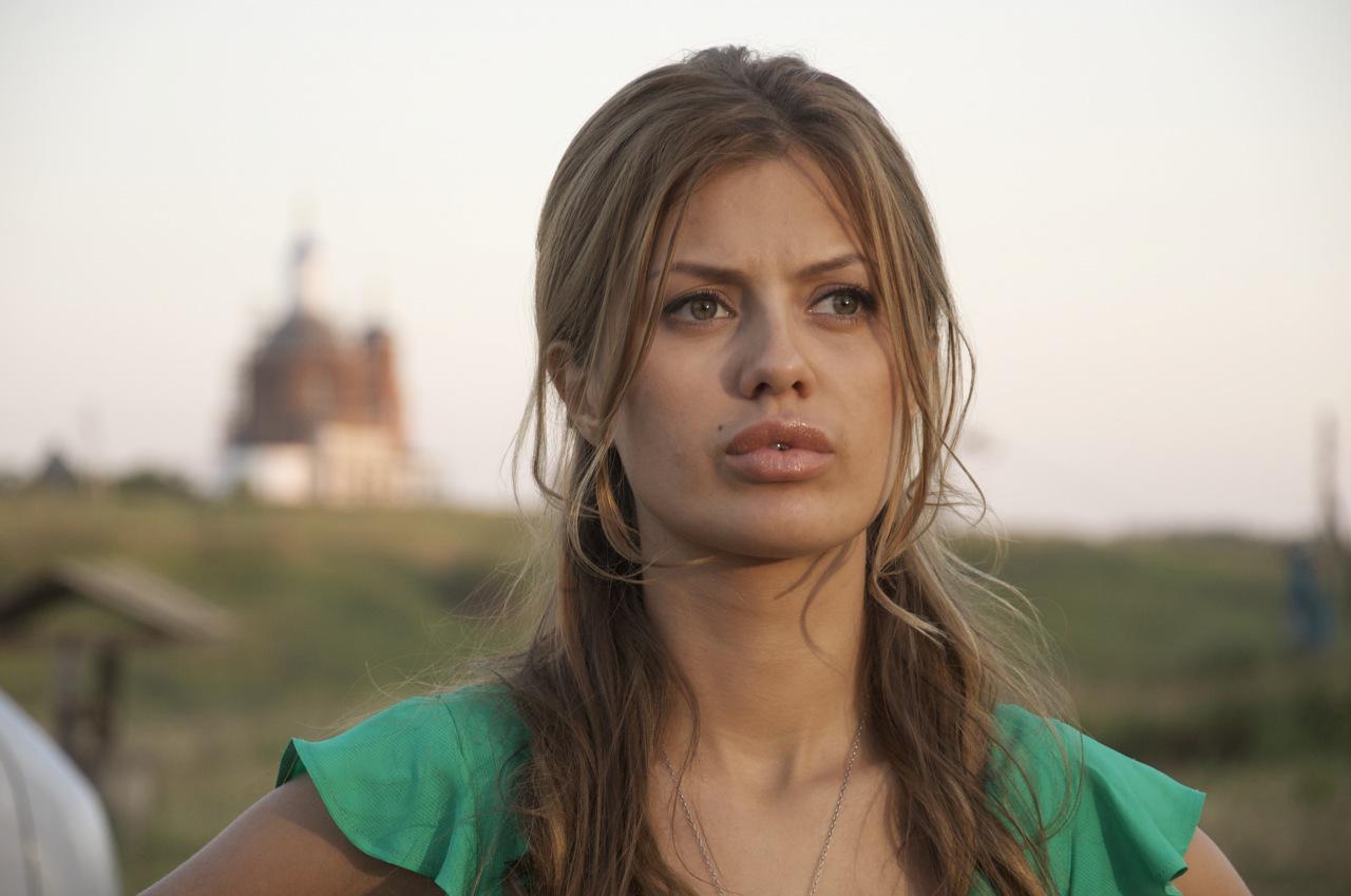 Виктория Боня позировала в платье в горошек за 9,5 тысяч рублей