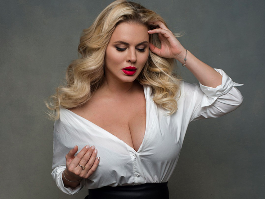 Из худышки в пышку: Анна Семенович превратилась в полную домохозяйку в новом клипе «Хочешь»