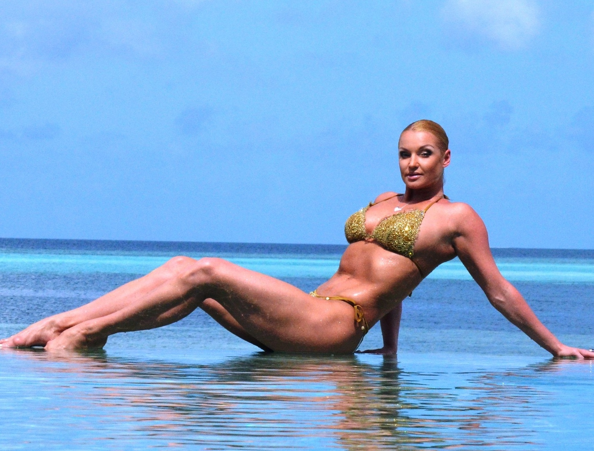 Анастасия Волочкова продемонстрировала гибкость в бикини