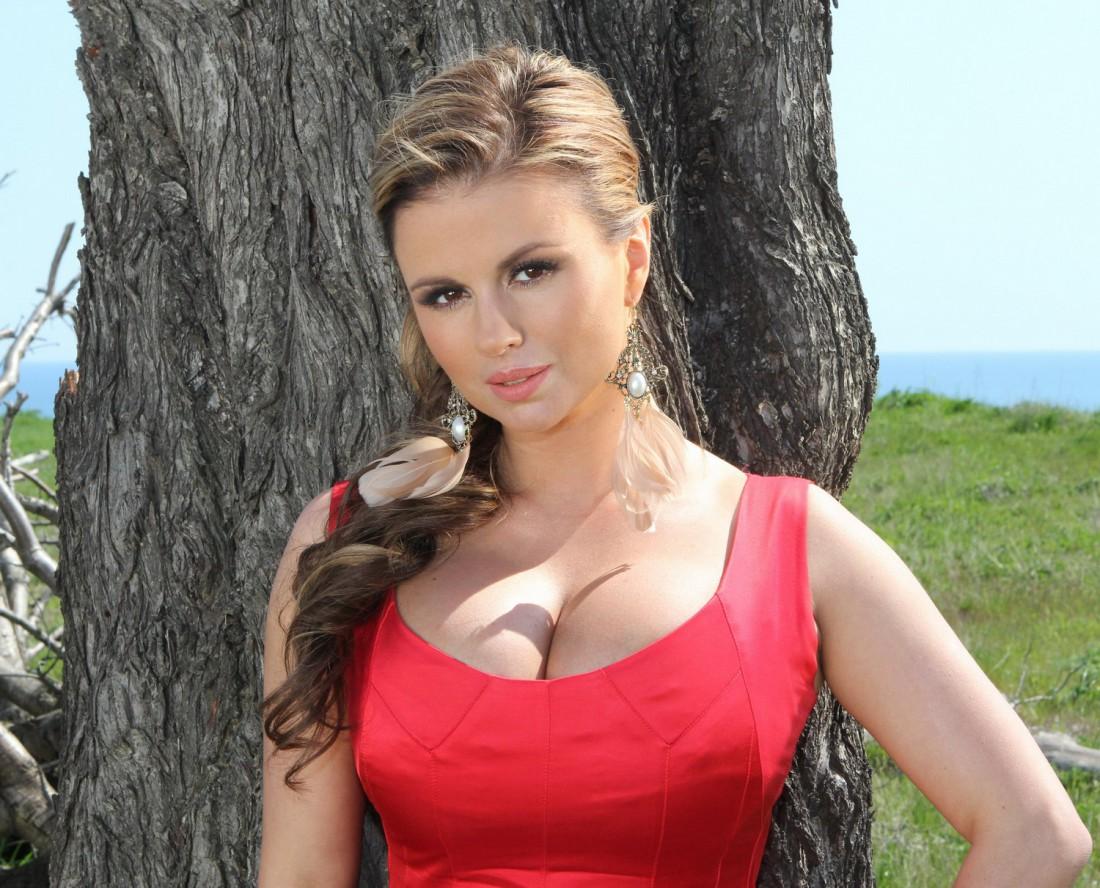 Анна Семенович засветила пышный бюст в бикини
