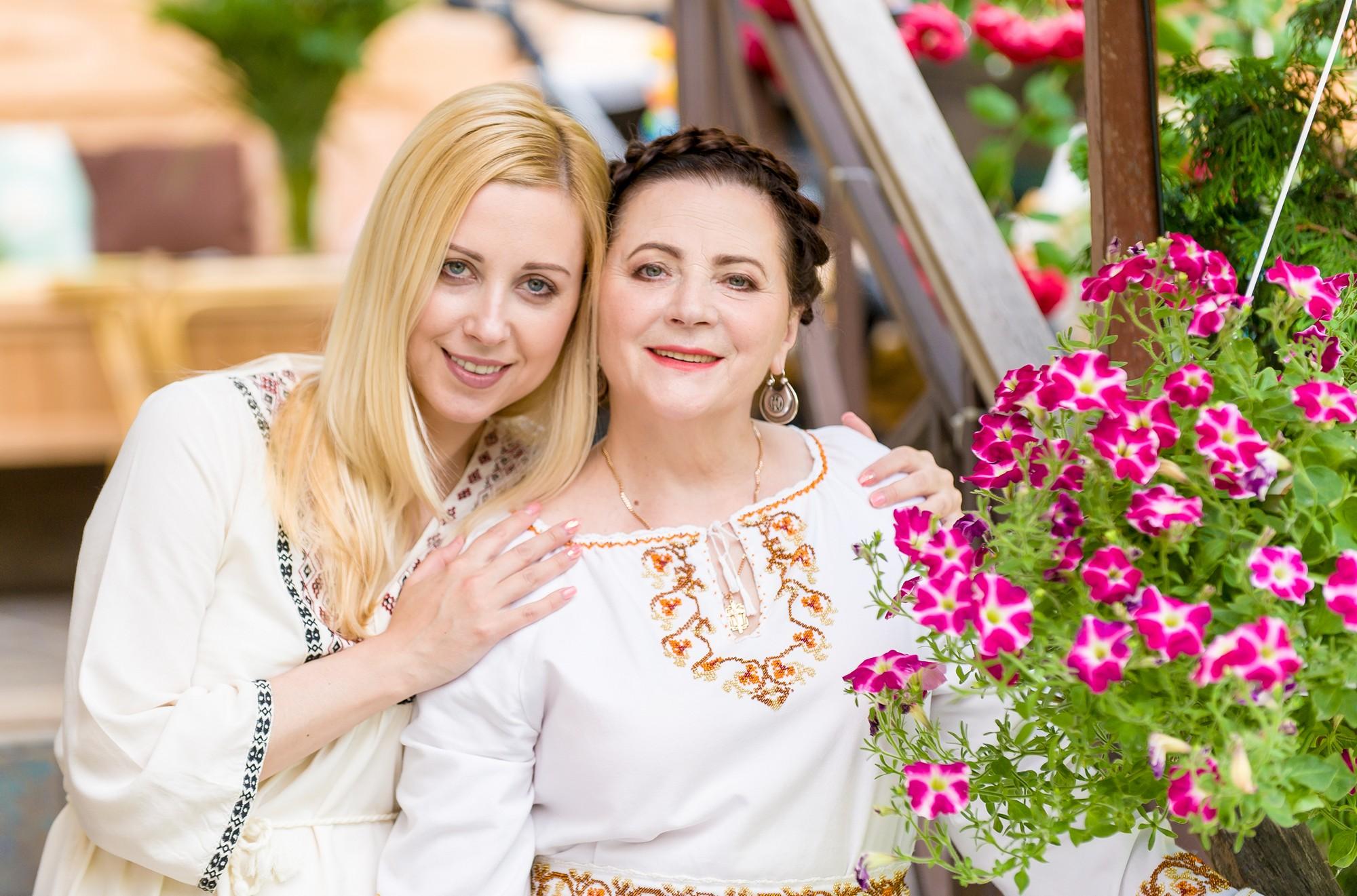 Тоня Матвиенко осыпала маму цветами