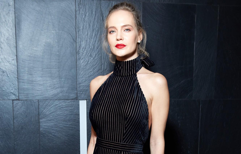 Наталья Ионова встречала гостей в ярком платье-комбинации