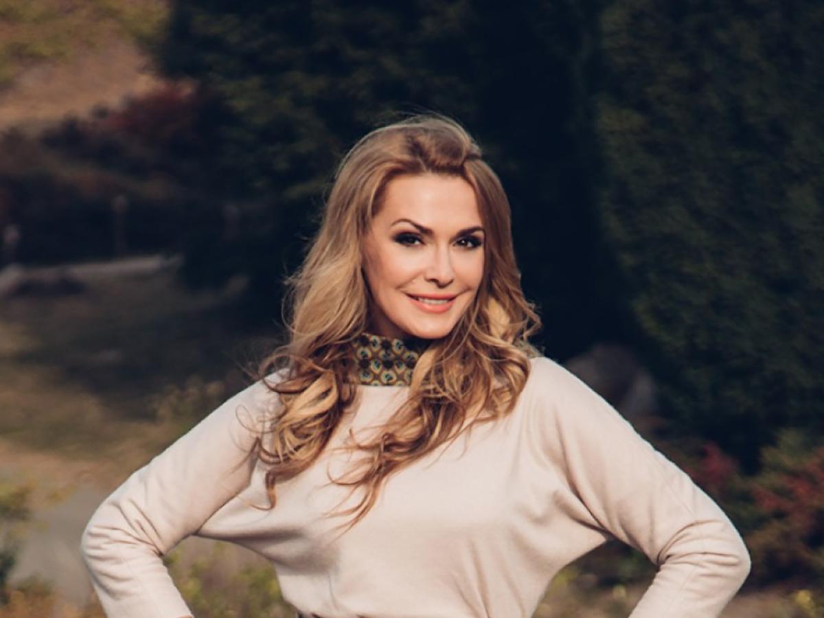 Ольга Сумская примерила три платья-вышиванки