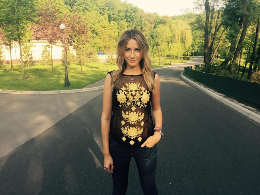 Леся Никитюк подчеркнула фигуру нюдовым платьем