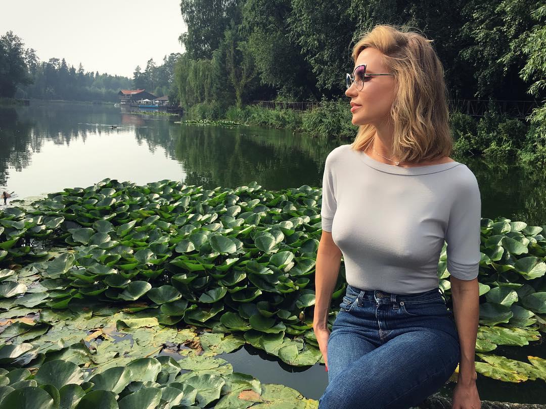 Наталья Ионова вышла в свет в черно-белом наряде