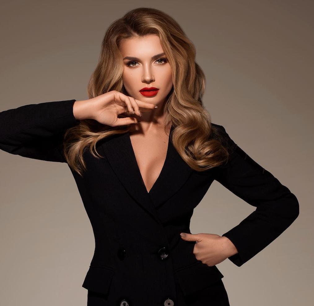 Миша Романова позировала в облегающем платье с пикантными вырезами