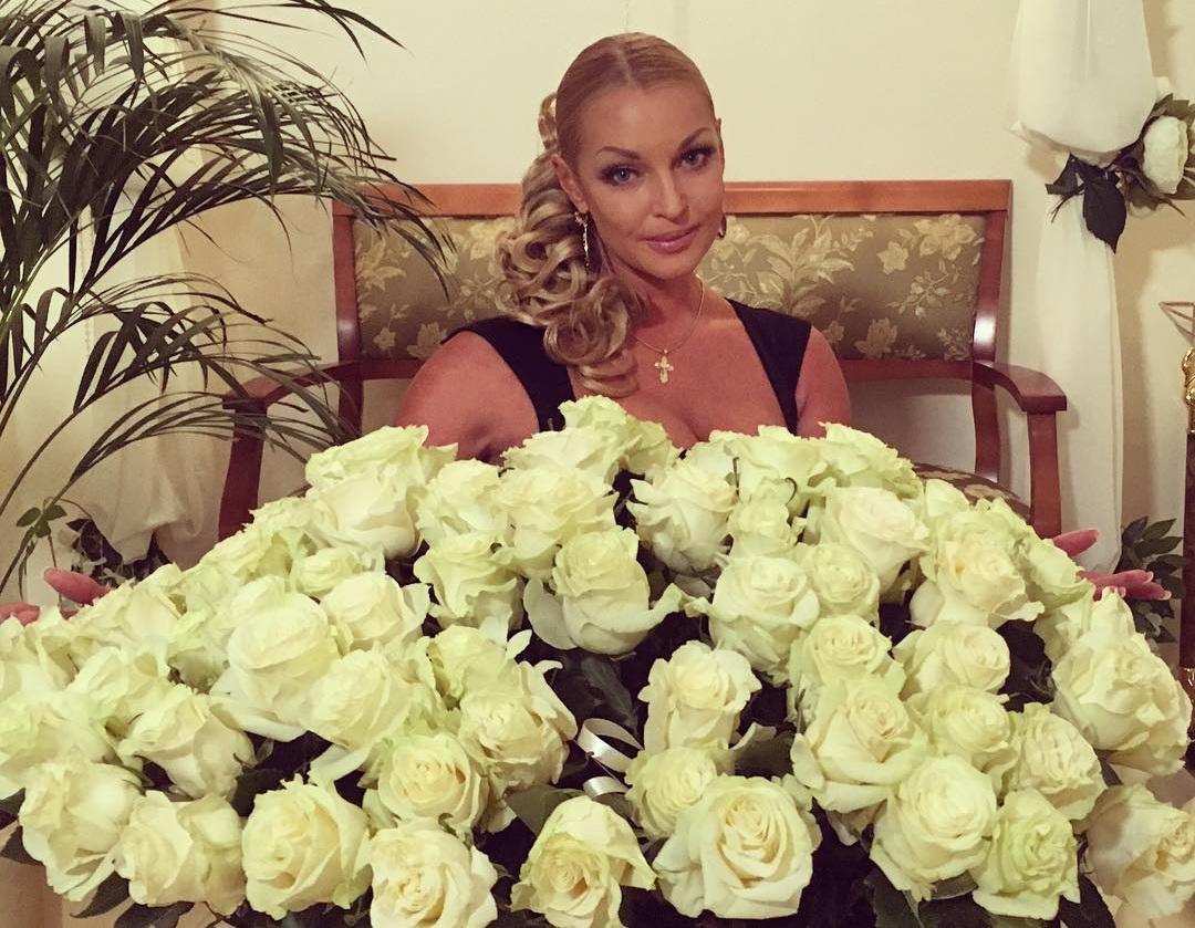 Анастасия Волочкова предпочитает белые розы