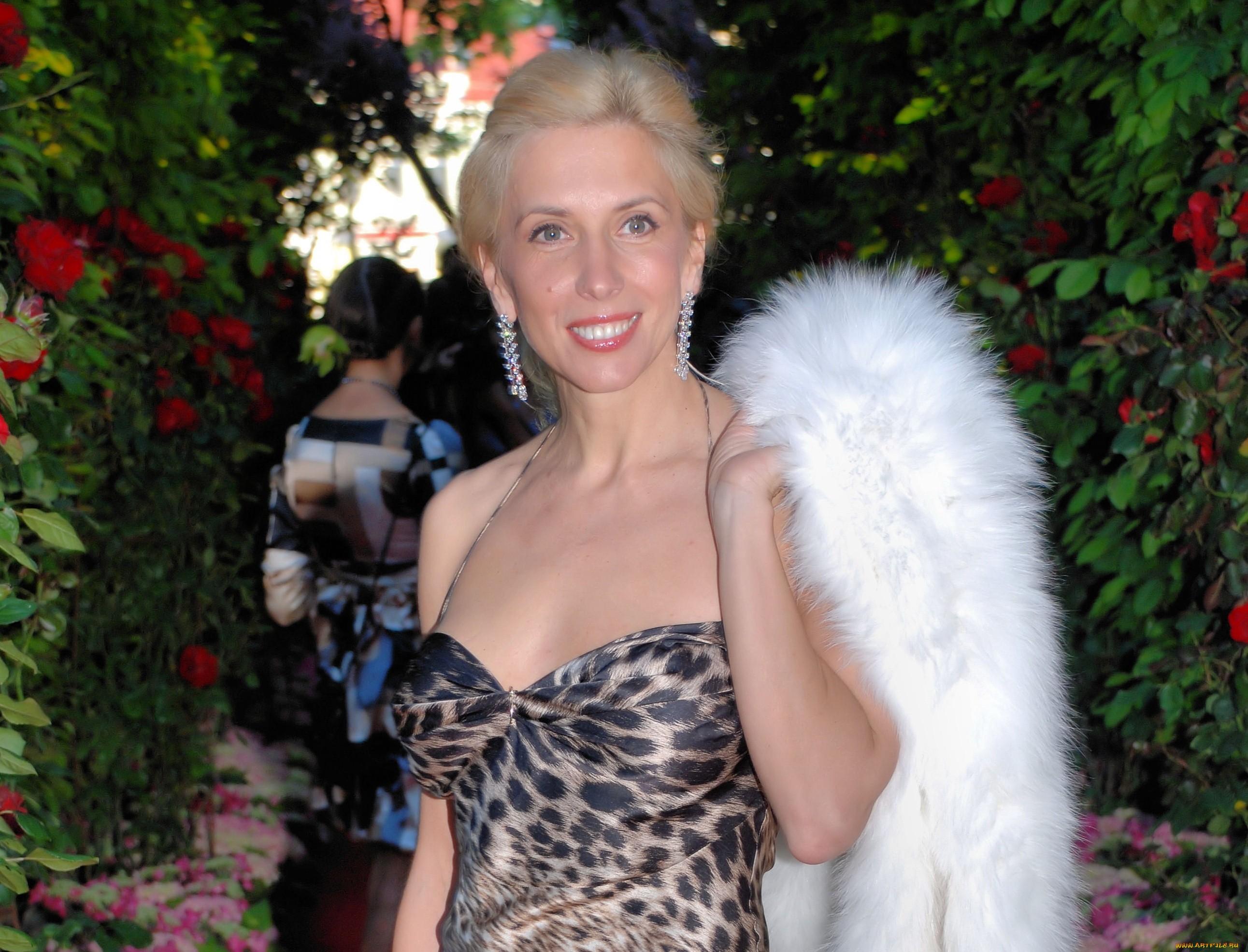 Алена Свиридова отправилась в театр в алом костюме