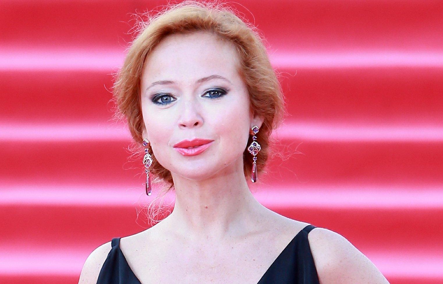 Елена Захарова блистала на красной дорожке в эффектном платье