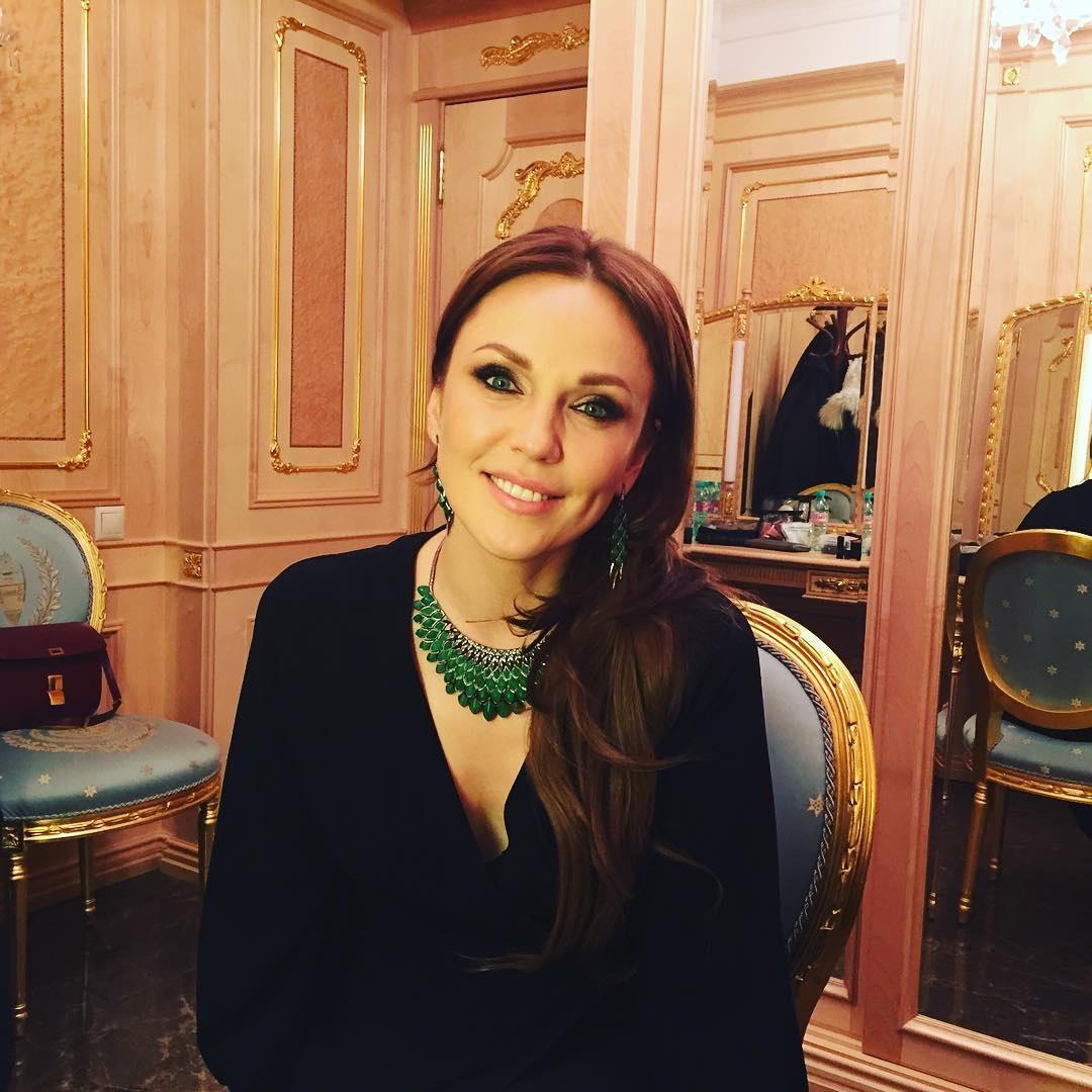 Альбина Джанабаева продемонстрировала стильный аутфит в бело-коричневых тонах