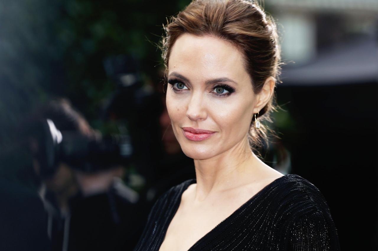 Анджелина Джоли страдает на паралич лица