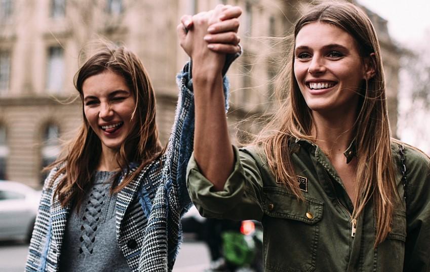 Обруч, плащи и пастельные цвета: что носят самые стильные девушки Парижа