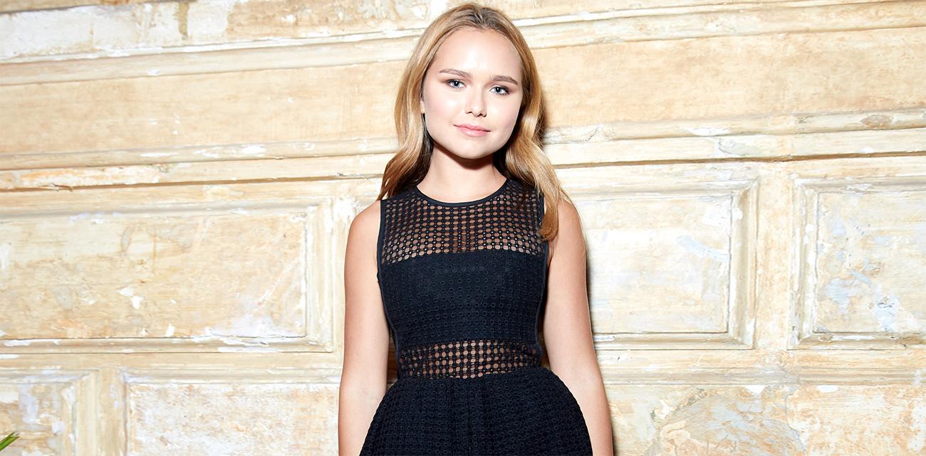 Стефания Маликова примерила белое платье за 83 тысячи рублей