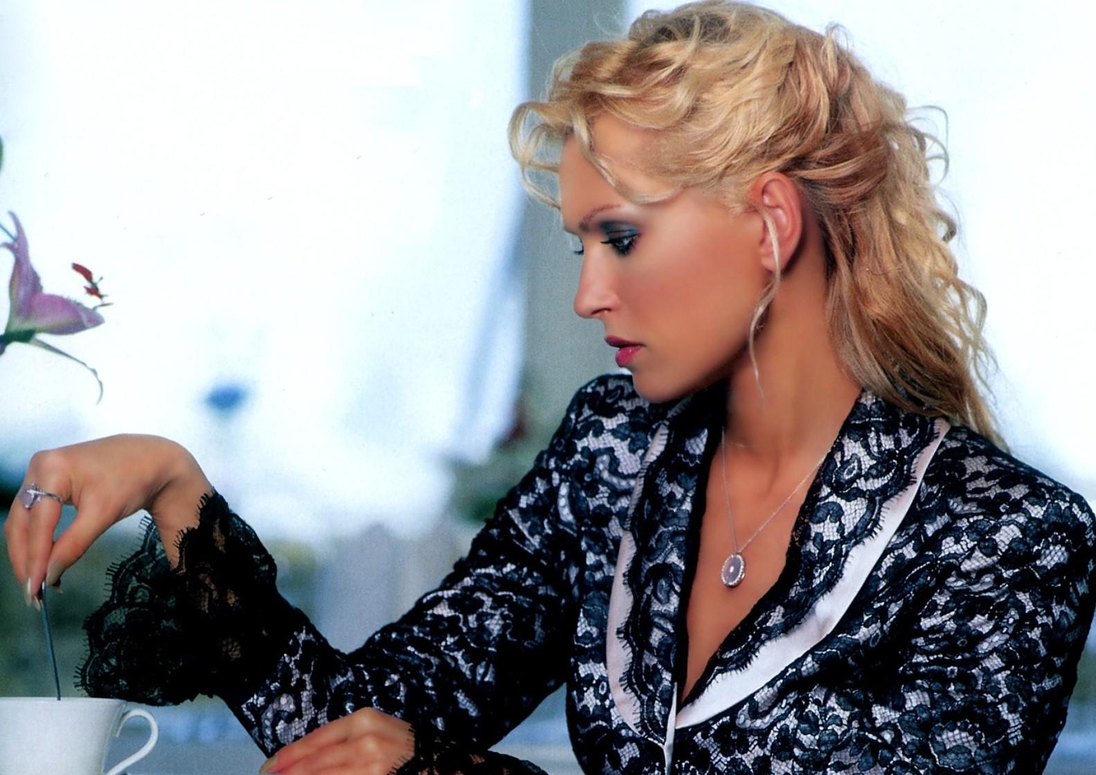 Олеся Судзиловская показала стройные ножки в стильном аутфите