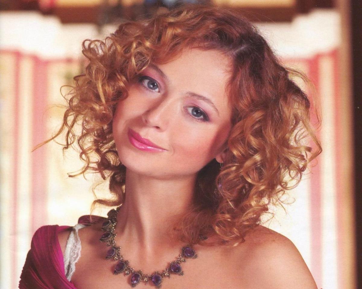 Елена Захарова вышла в свет в блестящем комплекте