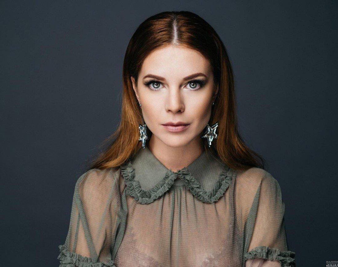 Наталья Подольская примерила платье с оригинальным принтом