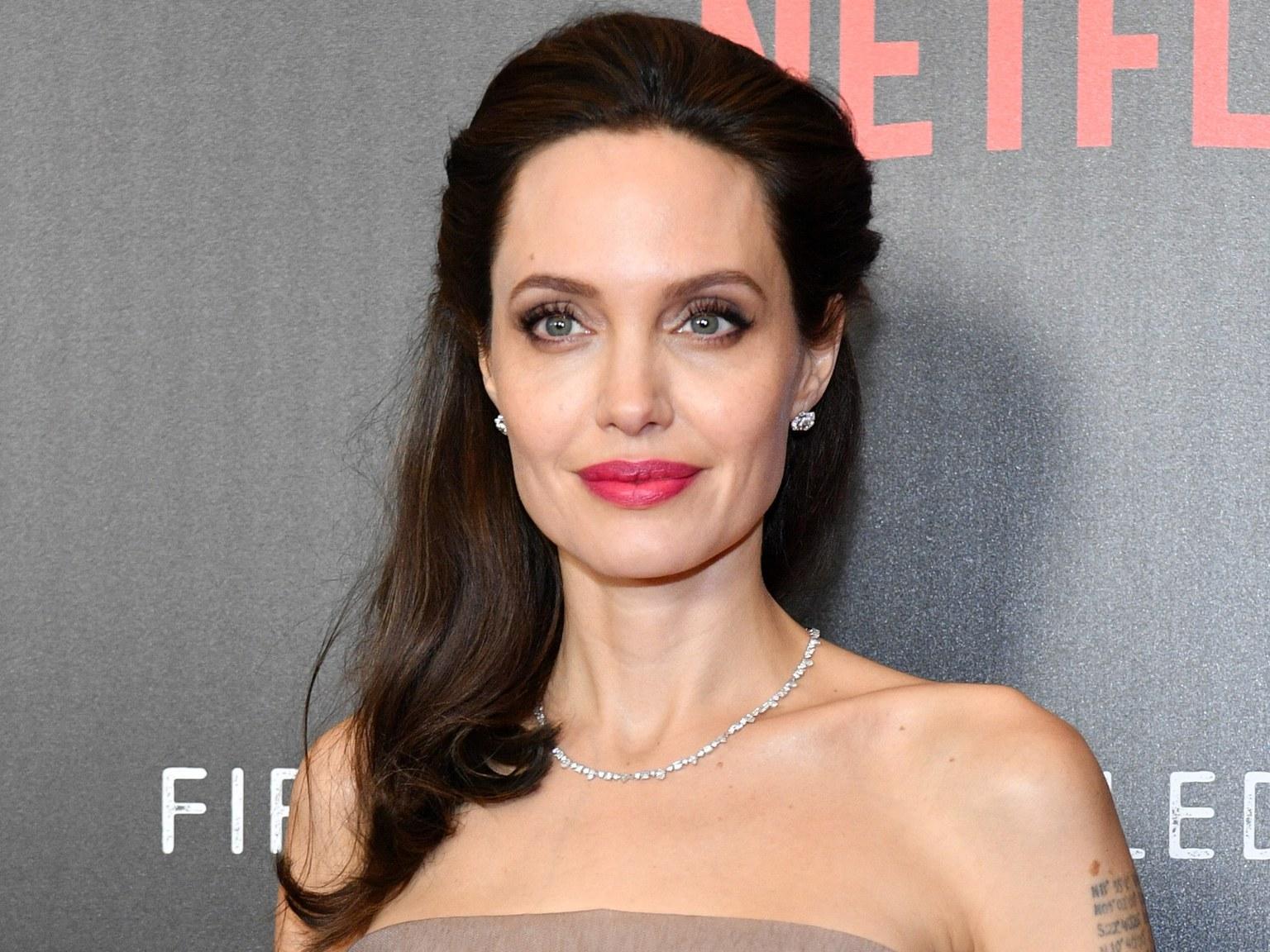Анджелина Джоли с детьми начала готовиться к Рождеству