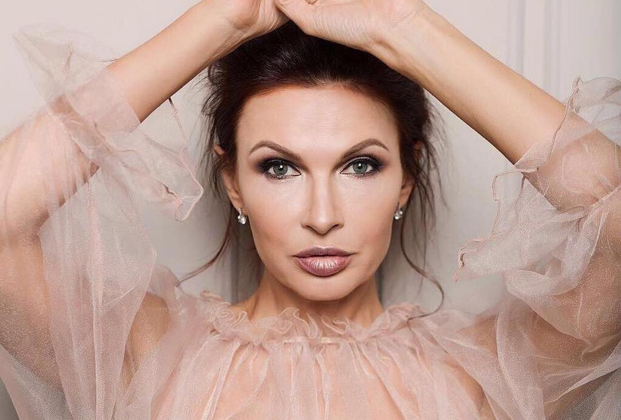 Эвелина Бледанс позировала в прозрачном пеньюаре