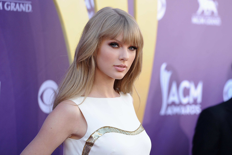 Тейлор Свифт вышла в свет в эффектном платье