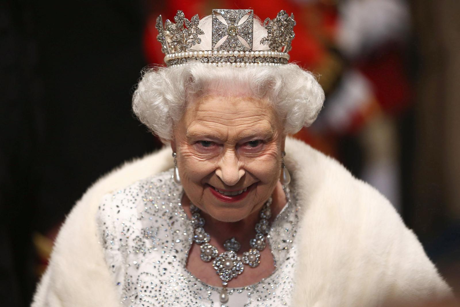 Королева Елизавета II убрала со своего стола фотографию принца Гарри и Меган Маркл