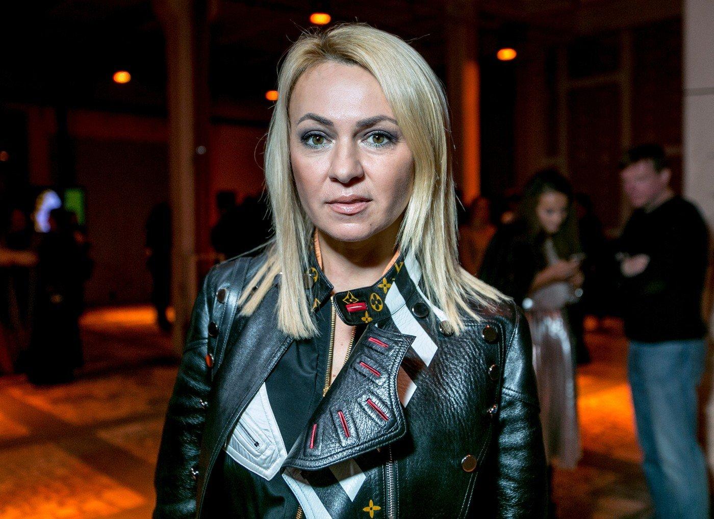 Яна Рудковская появилась на публике в странном наряде с перьями