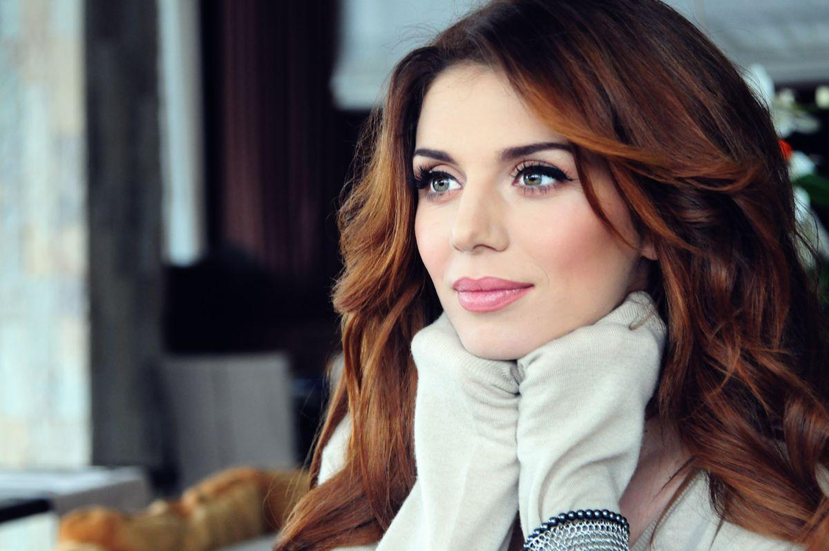 Анна Седокова похвасталась стройными ножками в белом халатике