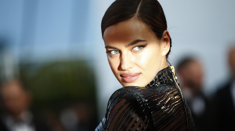 Ирина Шейк вышла в свет в романтичном платье с высоким разрезом
