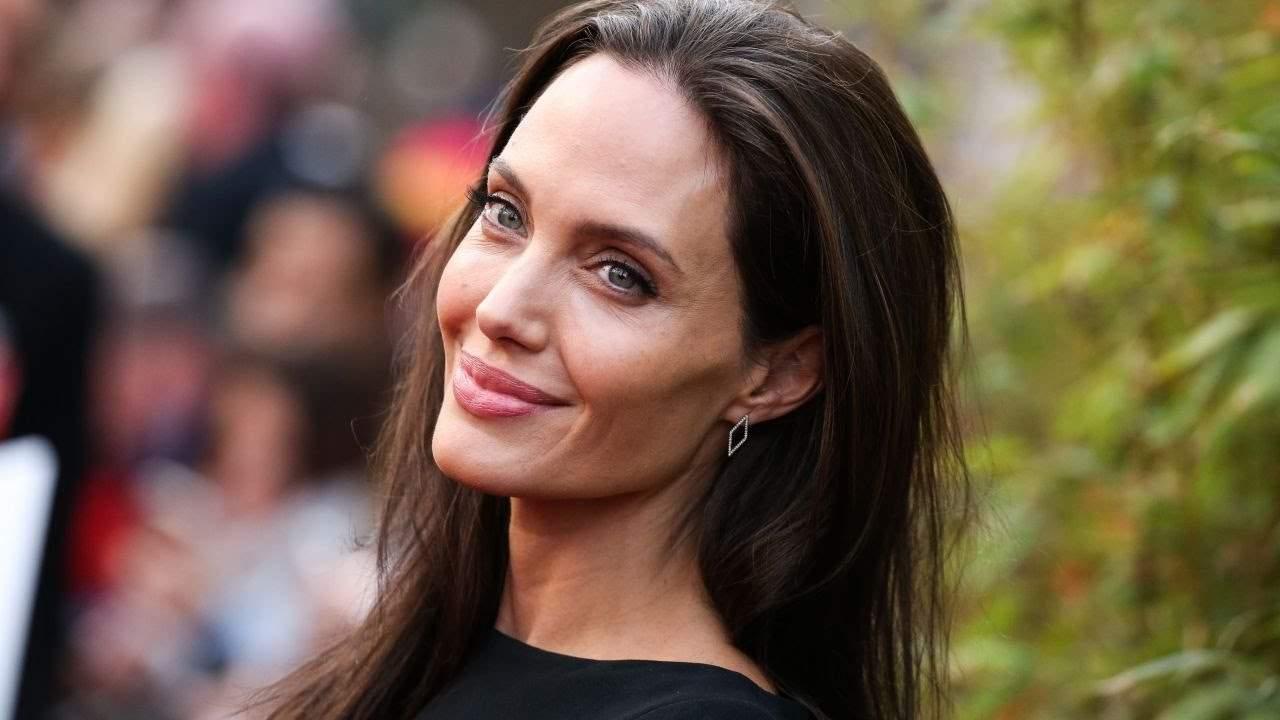 Анджелина Джоли поужинала со своей крестной мамой Жаклин Биссет в Париже