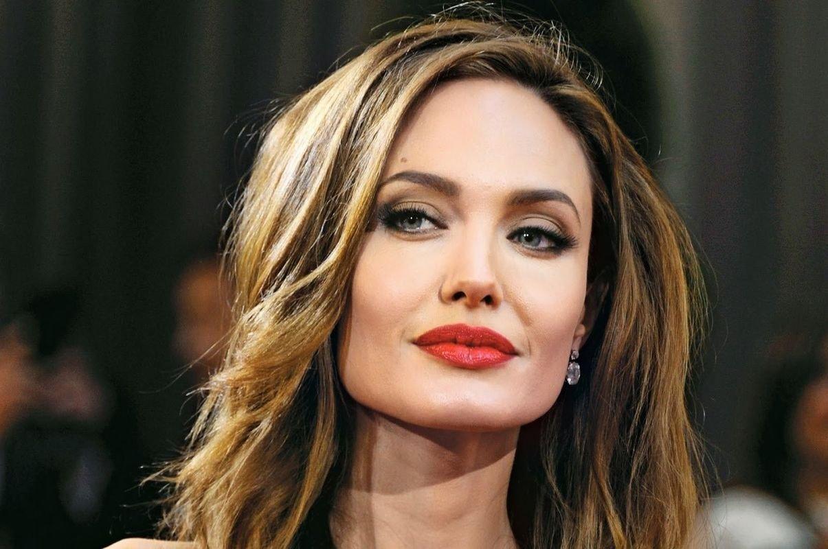 В сети появилось новое фото Анджелины Джоли с Канарских островов