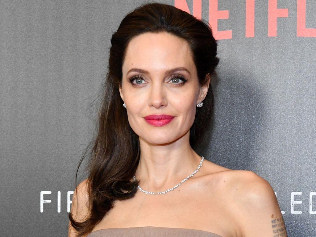 Анджелина Джоли посвятила эссе своей покойной матери