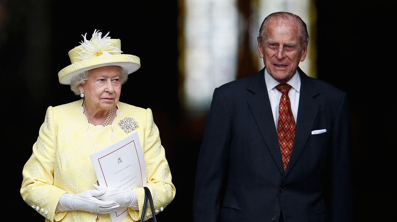Королева Елизавета II и принц Филипп покинули Букингемский дворец из-за коронавируса