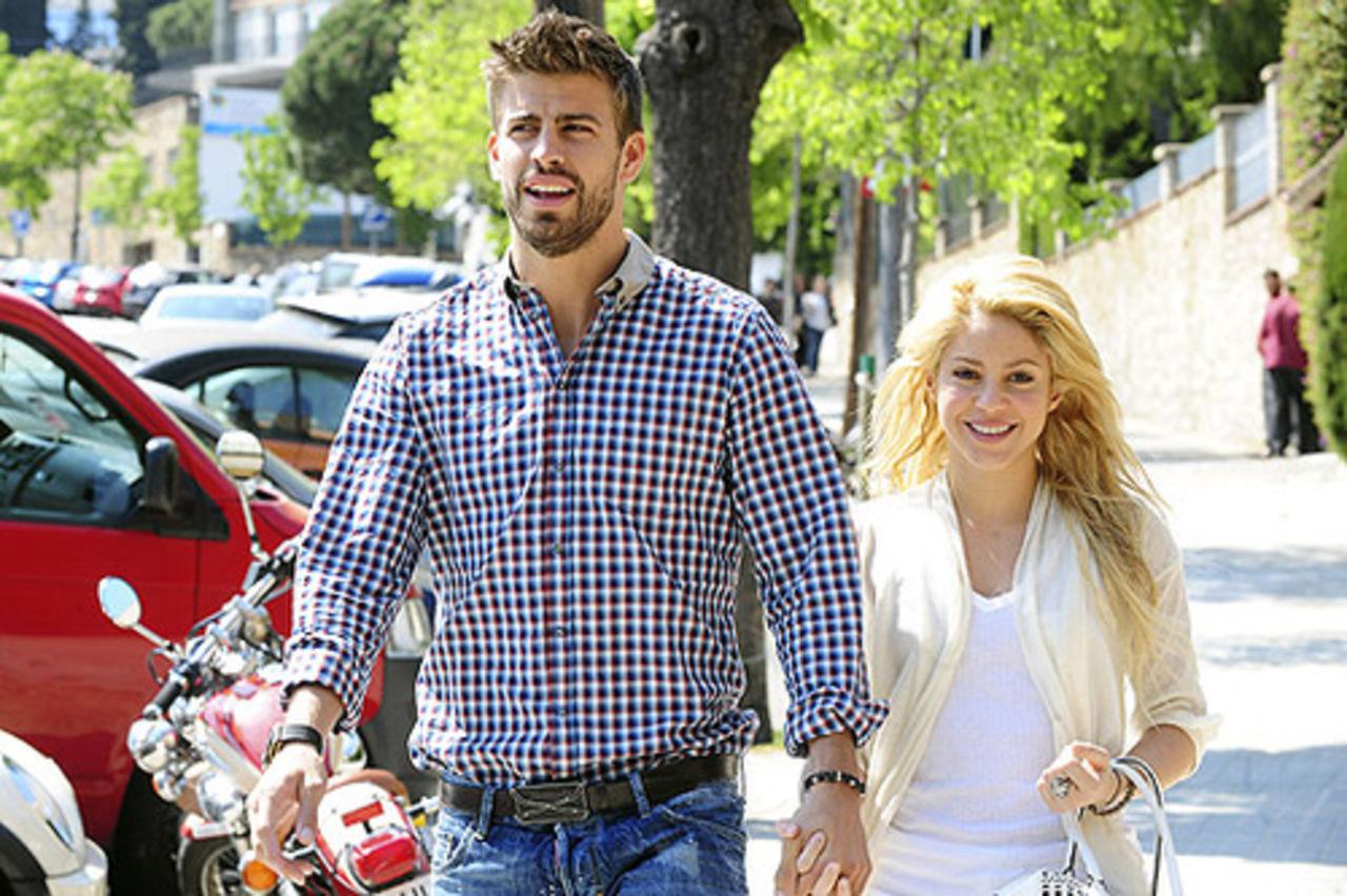 Шакира с возлюбленным Жераром Пике и сыновьями замечена на прогулке в Барселоне